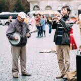 Busker улицы выполняя песни джаза на старой Стоковое Изображение