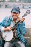 Busker улицы выполняя песни джаза на Чарльзе Стоковая Фотография RF