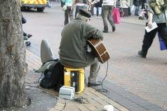 Busker con la guitarra eléctrica Imagenes de archivo