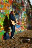Busker de Lennon Wall en Praga Fotografía de archivo libre de regalías
