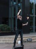 Busker de Melbourne - turistas entretenidos de Swallower de la espada en Melbourne, Australia Foto de archivo