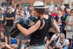 Busker-Festival-Musiker 2015, der das Akkordeon spielt Lizenzfreies Stockbild