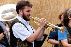 Busker festiwalu 2016 muzyk bawić się trąbkę Zdjęcie Stock