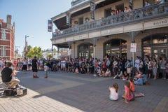 Busker Performing i Fremantle Royaltyfri Fotografi