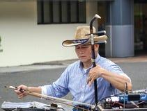 Busker Plays de la calle el violín chino Foto de archivo libre de regalías
