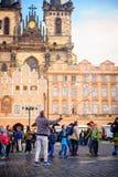 Busker que hace una demostración de la burbuja para los niños en la ciudad vieja de Praga, Czec Foto de archivo libre de regalías