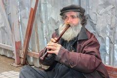 Busker que toca la flauta Imagen de archivo libre de regalías