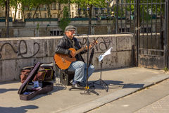 Busker sings French chanson in Paris Royalty Free Stock Photos