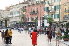 Busker som kläs som en gladiator, Verona, Italien arkivfoton