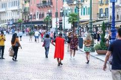 Busker som kläs som en gladiator, Verona, Italien royaltyfria foton
