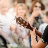 Busker som spelar på gitarren fotografering för bildbyråer