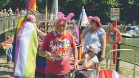 Busker som underhåller folkmassan på Pride Paride B royaltyfria bilder