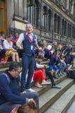 Busker Spikey Will som utför på Edinburgfransfestivalen Arkivbilder