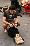 Busker (straatmusicus) met geld royalty-vrije stock afbeelding
