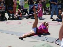 Busker voert de routine van de hulahoepel uit Royalty-vrije Stock Foto's