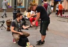 Buskers (музыканты улицы) делят заработки Стоковое Фото