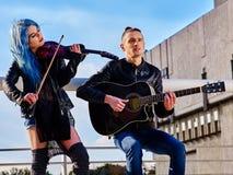Buskers с скрипачом девушки на крыше Стоковое Изображение