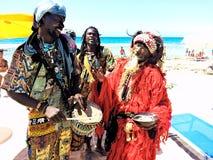Buskers lycka, afrikan, män, strand royaltyfri bild