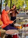 Buskers med flickaviolinisten på den utomhus- hösten arkivfoto