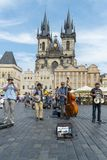 Buskers på den gamla stadfyrkanten i Prague royaltyfri bild