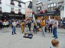 Buskers som spelar i Galway royaltyfri fotografi