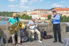 Buskers som spelar på den berömda Charles Bridge - Prague royaltyfri foto