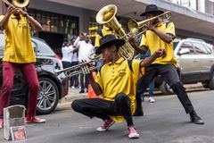 Buskers som spelar på gatorna fotografering för bildbyråer