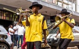 Buskers som spelar på gatorna royaltyfri bild