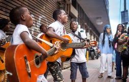 Buskers som spelar på gatorna royaltyfri fotografi