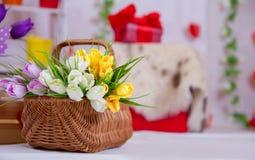 Busket van tulpen in de lentedecor Stock Foto's