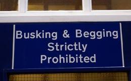 Busking & för tiggeri strängt förbjudet tecken royaltyfri fotografi