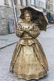 Busking fars i den retro dräkten med paraplyet på gatan av Lviv, Ukraina arkivfoto