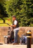 Busking musiker royaltyfria bilder