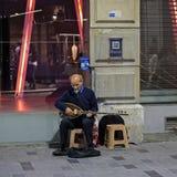 Busking på natten i Istanbul arkivbilder