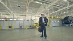 Busnessman alegre na fábrica industrial vídeos de arquivo