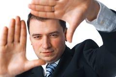 Busnessman che fa una figura del blocco per grafici con le sue mani Fotografia Stock Libera da Diritti