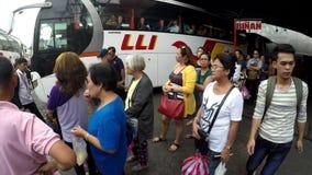 Buspassagiers die op straat op bus wachten stock footage