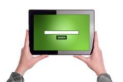 Busque Internet en la tableta foto de archivo libre de regalías