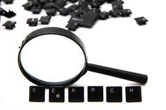 Busque (llaves de teclado) y magnifique el vidrio imágenes de archivo libres de regalías