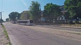 Busritten langs stads stoffige weg op droge hete de zomerdag stock footage
