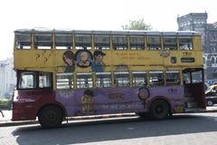 Buss för dubbel däckare i den Mumbai gatan india Arkivbilder