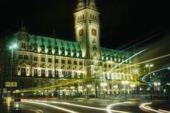 Buss för natt för lopp för tourismus för platz för exponering för Hamburg rathaustid royaltyfri foto
