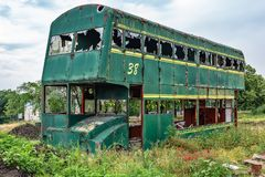 Buss för Rusty Abandoned gräsplandubbeldäckare arkivbilder