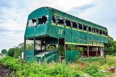 Buss för Rusty Abandoned gräsplandubbeldäckare fotografering för bildbyråer