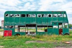 Buss för Rusty Abandoned gräsplandubbeldäckare arkivfoto