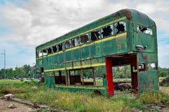 Buss för Rusty Abandoned gräsplandubbeldäckare royaltyfri bild