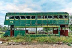Buss för Rusty Abandoned gräsplandubbeldäckare royaltyfria foton