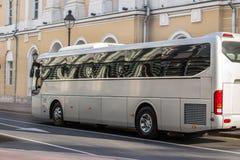 buss i den historiska mitten av staden fotografering för bildbyråer