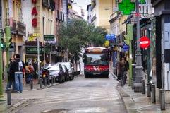Buss i en smal gata i Madrid Royaltyfri Bild