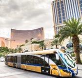 Buss i rörelseresande till och med Las Vegas Boulevard Royaltyfria Bilder